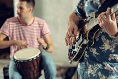 Wiederholung der Rockmusikband E-Gitarren-Spieler und Schlagzeuger stockfotografie