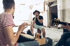 Wiederholung der Rockmusikband E-Gitarren-Spieler und Schlagzeuger hinter dem Trommelsatz lizenzfreies stockbild