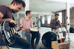 Wiederholung der Rockmusikband E-Gitarren-Spieler und Schlagzeuger hinter dem Trommelsatz stockfotos