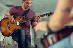Wiederholung der Rockmusikband E-Gitarren-Spieler und Schlagzeuger hinter dem Trommelsatz stockbilder