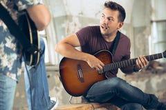 Wiederholung der Rockmusikband Elektrische Gitarren-Spieler lizenzfreie stockfotos