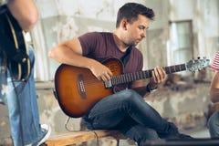 Wiederholung der Rockmusikband Elektrische Gitarren-Spieler stockfotos