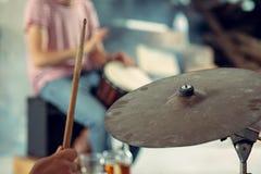 Wiederholung der Rockmusikband Schlagzeuger hinter dem Trommelsatz lizenzfreie stockbilder