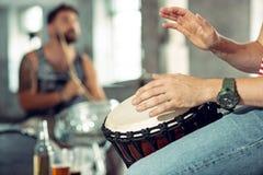 Wiederholung der Rockmusikband Schlagzeuger hinter dem Trommelsatz lizenzfreie stockfotografie