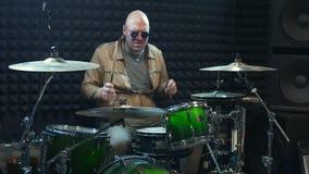 Wiederholung der Rockmusikband Schlagzeuger hinter dem Trommelsatz stock video footage