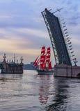Wiederholung des Durchganges des Segelschiffs auf dem Neva auf stockfoto
