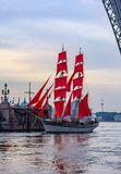 Wiederholung des Durchganges des Segelschiffs auf dem Neva auf stockbild