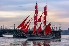 Wiederholung des Durchganges des Segelschiffs auf dem Neva auf lizenzfreie stockfotos