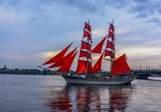Wiederholung des Durchganges des Segelschiffs auf dem Neva auf stockfotografie