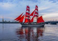 Wiederholung des Durchganges des Segelschiffs auf dem Neva auf lizenzfreie stockfotografie