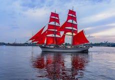 Wiederholung des Durchganges des Segelschiffs auf dem Neva auf stockbilder