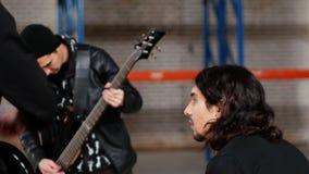 Wiederholung einer Rockgruppe Ein Schlagzeuger, der einen Rest während das Bassistspielen hat stock video