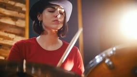 wiederholung Mädchen im schwarzen Hut spielt enthusiastisch die Trommeln Langsame Bewegung stock video footage