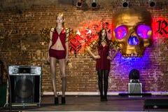 Wiederholung vor Modeleistung Art Chaos im Nachtclub Bla stockfoto
