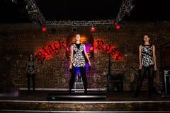 Wiederholung vor Modeleistung Art Chaos im Nachtclub Bla lizenzfreie stockfotos