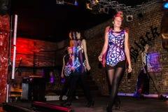 Wiederholung vor Modeleistung Art Chaos im Nachtclub Bla stockfotografie