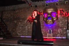Wiederholung vor Modeleistung Art Chaos im Nachtclub Bla lizenzfreie stockbilder