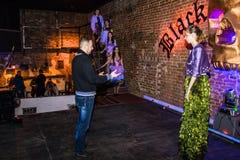 Wiederholung vor Modeleistung Art Chaos im Nachtclub Bla stockfotos