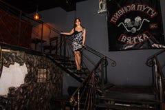Wiederholung vor Modeleistung Art Chaos im Nachtclub Bla lizenzfreie stockfotografie
