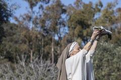 Wiederinkraftsetzung iberischen Göttin Ataecina-Rituals Priesterinsteigen lizenzfreie stockfotos