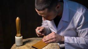 Wiederinkraftsetzung von alten Zeiten Hersteller von Lederwaren - Schuhe, Geldbeutel, Gurte, Taschen und andere stock video footage