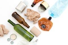 Wiederverarbeitbarer Abfall, Betriebsmittel Säubern Sie Glas, Papier, Plastik und Metall auf weißem Hintergrund Copyspace für Tex stockfoto