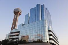 Wiedervereinigung-Kontrollturm an der Dämmerung, Dallas, TX Stockfoto