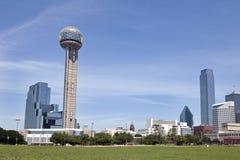 Wiedervereinigung-Kontrollturm und im Stadtzentrum gelegenes Dallas, TX Stockfoto
