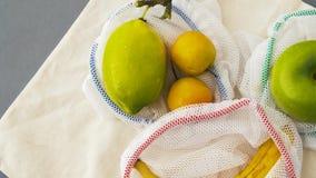 Wiederverwendbare Einkaufstaschen für Nahrung mit Früchten stock footage