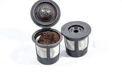 Wiederverwendbarer Filter des Kaffees zwei mit gemahlenem Kaffee in ihm Stockfotografie