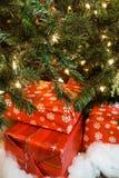 Wiederverwendete Weihnachtsgeschenke unter dem Baum Stockbild