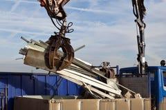 Wiederverwertung des alten Metalls im Behälter Lizenzfreies Stockfoto