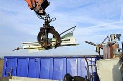 Wiederverwertung des alten Metalls im Behälter Stockfotografie