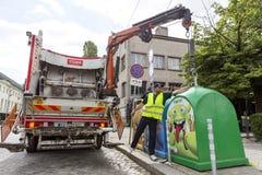 Wiederverwertung des LKWs, der Abfalleimer aufhebt Stockfoto