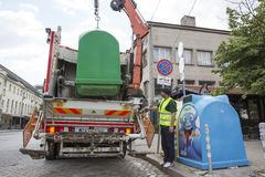 Wiederverwertung des LKWs, der Abfalleimer aufhebt Stockbilder