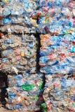 Wiederverwertung des Plastiks und der Flaschen Stockfoto