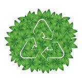 Wiederverwertung des Symbols auf einem Hintergrund von grünen Blättern Stockfoto