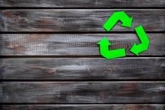 Wiederverwertung des Symbols für Ökologie auf hölzernem copyspace Draufsicht des Hintergrundes lizenzfreie stockfotografie