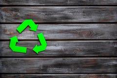 Wiederverwertung des Symbols für Ökologie auf hölzernem copyspace Draufsicht des Hintergrundes lizenzfreie stockfotos