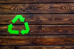 Wiederverwertung des Symbols für Ökologie auf hölzernem copyspace Draufsicht des Hintergrundes stockfotografie