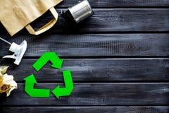 Wiederverwertung des Symbols mit Papiertüte, Dose für Ökologie auf hölzernem copyspace Draufsicht des Hintergrundes stockbilder