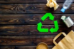 Wiederverwertung des Symbols mit Papiertüte, Plastikflasche, Dose für Ökologie auf hölzernem copyspace Draufsicht des Hintergrund lizenzfreies stockbild