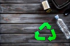 Wiederverwertung des Symbols mit Plastikbesteck, Flasche und Behälter, Dose für Ökologie auf hölzernem copyspace Draufsicht des H stockfotos