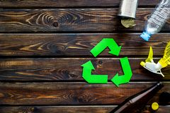 Wiederverwertung des Symbols mit Plastikflasche, Dose für Ökologie auf hölzernem copyspace Draufsicht des Hintergrundes lizenzfreie stockbilder