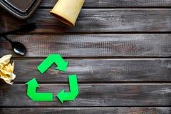 Wiederverwertung des Symbols mit Plastikgabel, Löffel und Behälter, Papierschale für Ökologie auf hölzernem copyspace Draufsicht  stockfoto