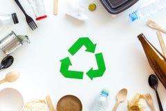 Wiederverwertung des Symbols und des unterschiedlichen Abfalls, Besteck, Plastikflasche für Ökologie auf Draufsicht des weißen Hi stockbild