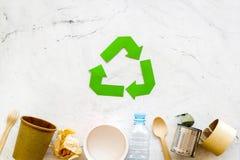 Wiederverwertung des Symbols und des unterschiedlichen Abfalls, Papierschale, Plastikflasche, Dose für Ökologie auf Draufsicht de stockfotos