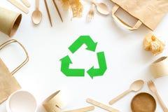 Wiederverwertung des Symbols und des unterschiedlichen Abfalls, Papiertüte, Schale, Besteck für Ökologie auf Draufsicht des weiße lizenzfreie stockbilder