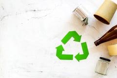 Wiederverwertung des Symbols und des unterschiedlichen Abfalls, Plastikflasche, Papierschale, Dose für Ökologie auf weißem Draufs stockfoto