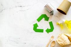 Wiederverwertung des Symbols und des unterschiedlichen Abfalls, Plastikflasche, Papierschale, Dose für Ökologie auf weißem Draufs lizenzfreie stockfotos